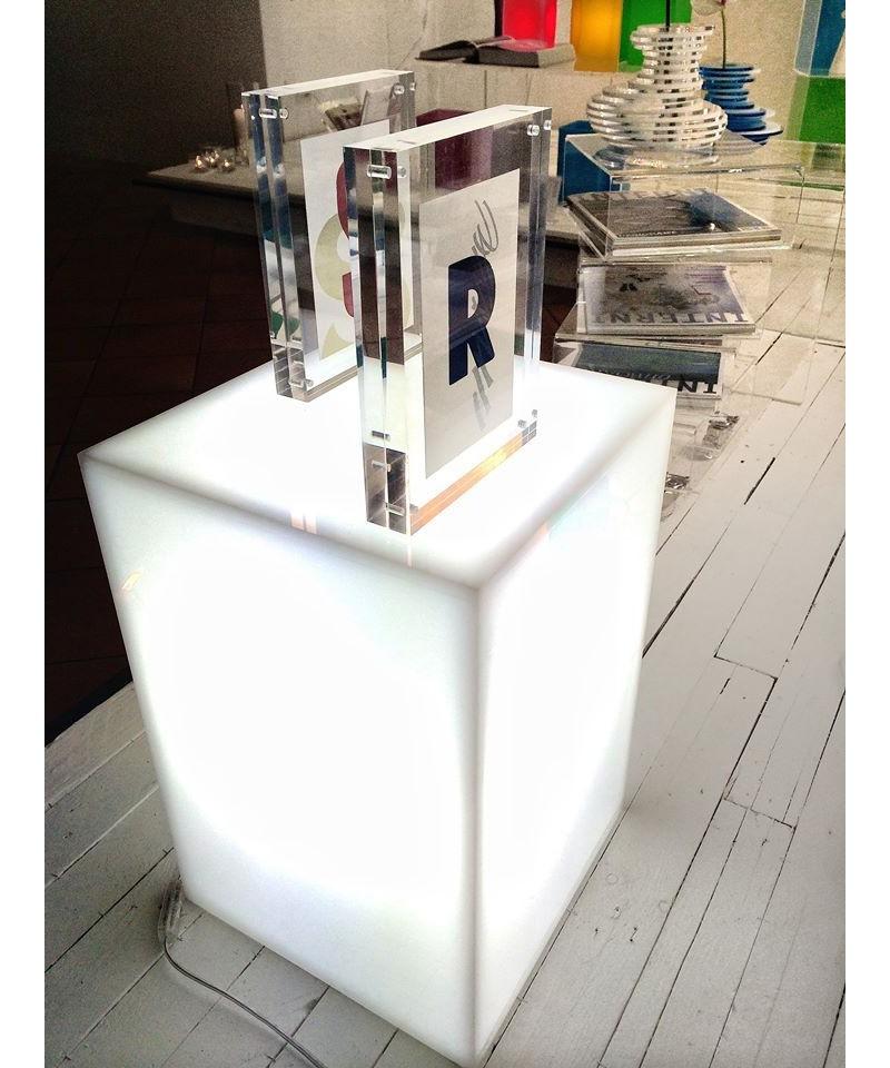 Comodino luminoso in plexiglass - Specchio plexiglass prezzi ...