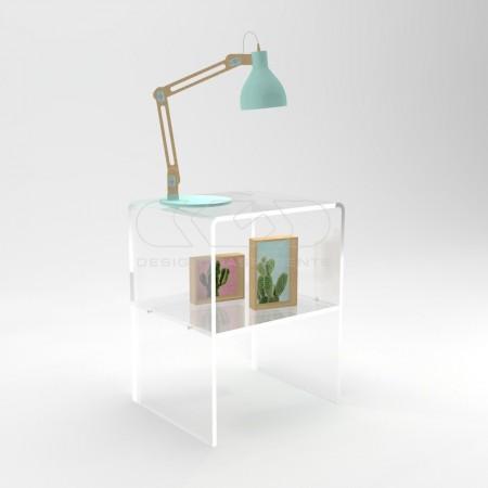 Comodini e tavolini in plexiglass trasparente con ripiani.